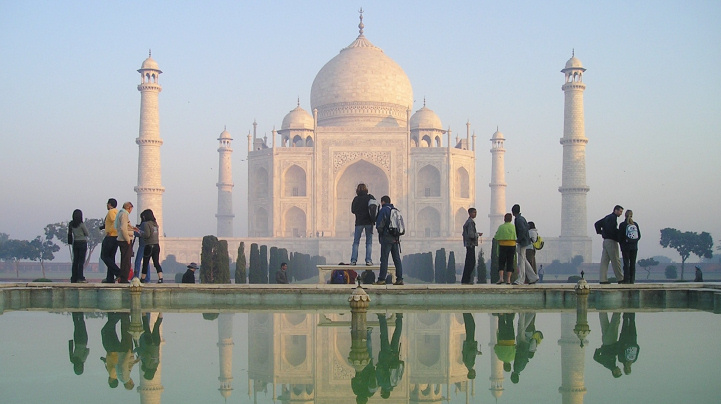 Simon Steinberger - Taj Mahal and tourists beside the reflecting pool